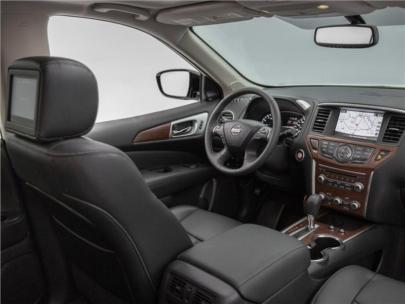 Nissan Pathfinder 2017 салон темный
