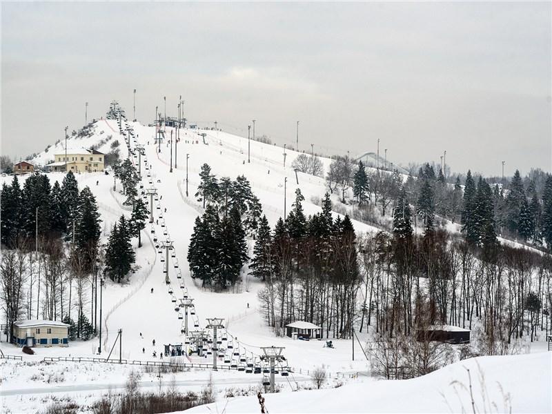 Горы в Дмитровском районе серьезные, конечно, не Альпы, зато ехать далеко не надо