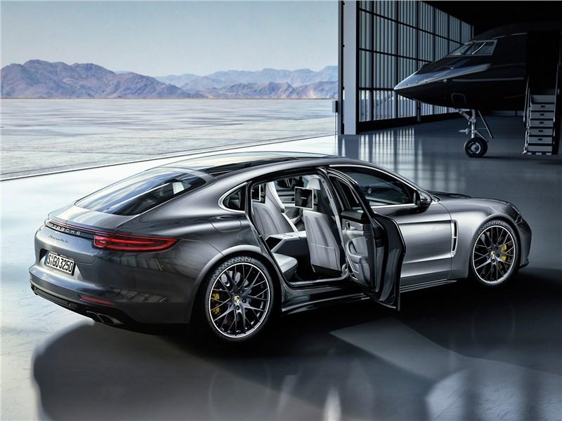 Porsche Panamera 2017 вид сбоку с открытыми дверями
