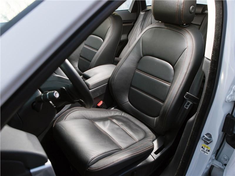 Jaguar F-Pace 2016 передние кресла