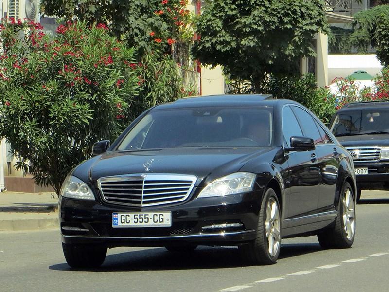 Чиновникам запретили ездить на черных машинах. Пока только в Грузии