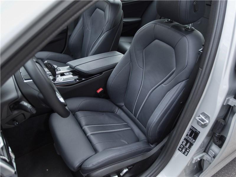 BMW 520d xDrive 2017 передние кресла