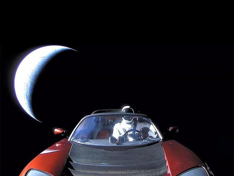 Tesla Roadster - год в космосе