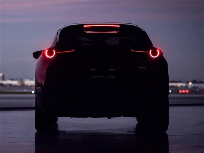 Mazda CX-30 2020 вид сзади ночью