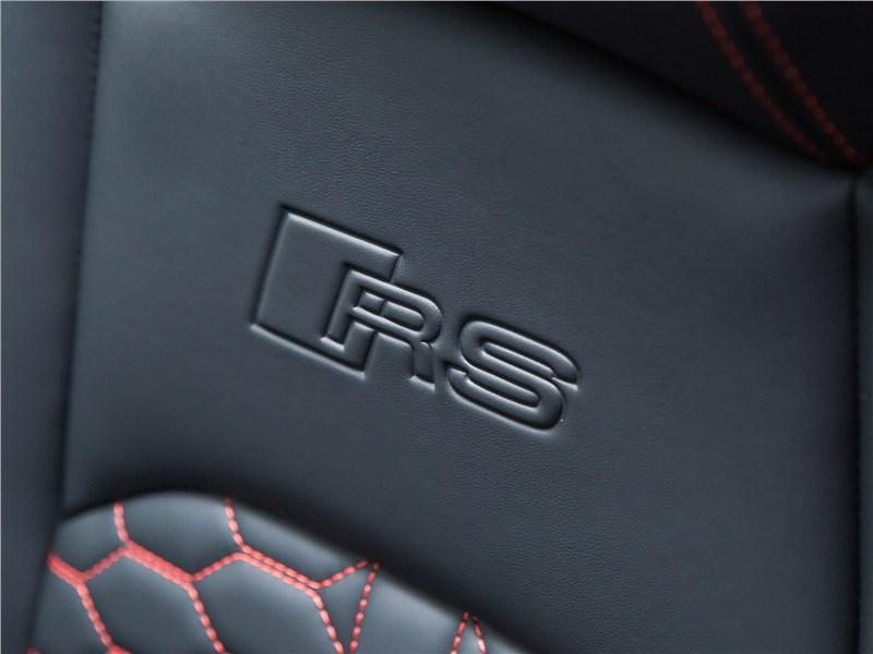 Audi RS4 Avant 2018 логотип на кресле