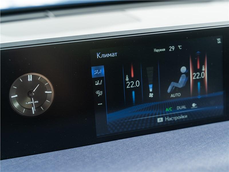 Lexus UX 200 2019 центральный дисплей