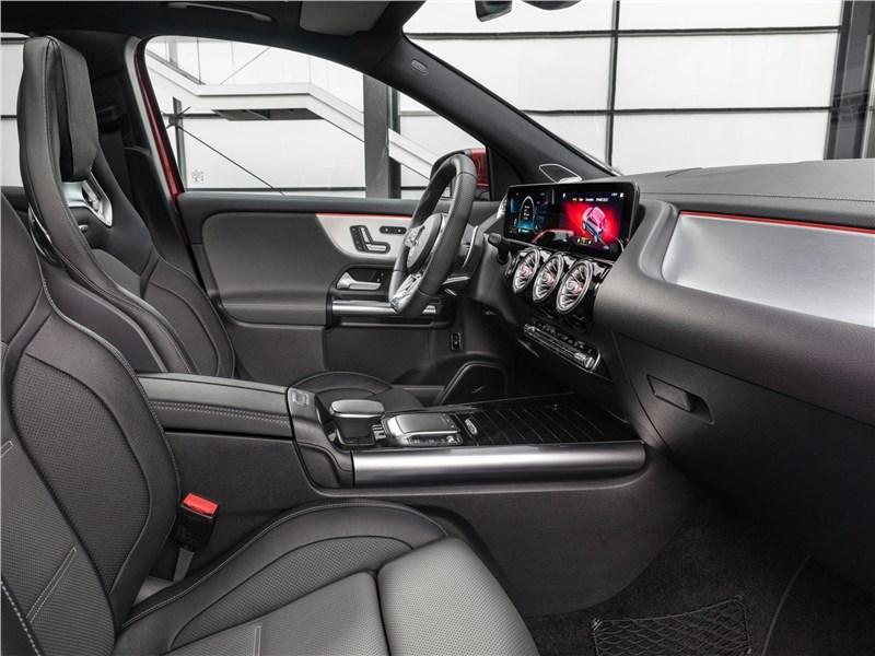 Mercedes-Benz GLA35 AMG 2021 передние кресла