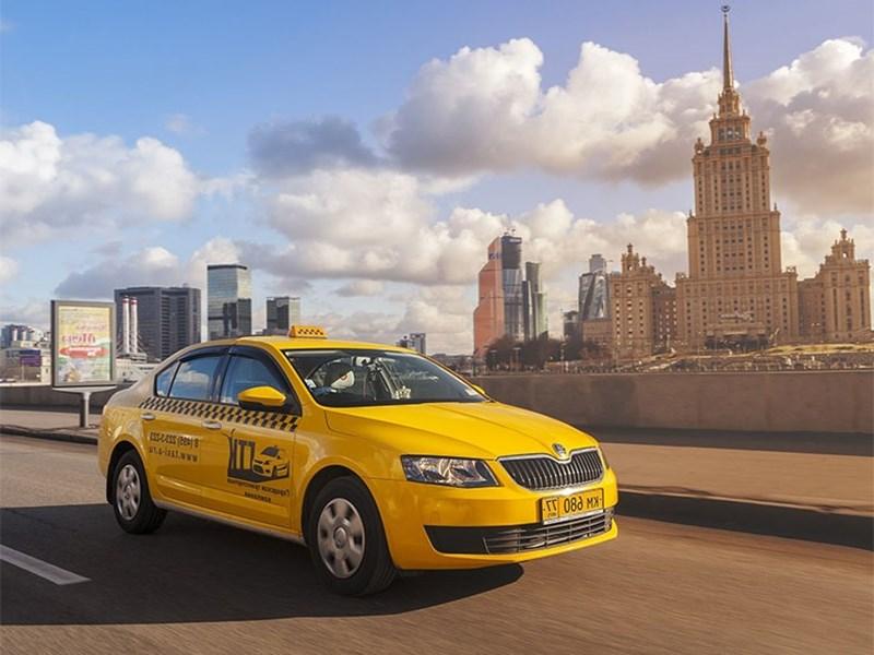 Мишустина просят ужесточить правила работы в такси для иностранцев