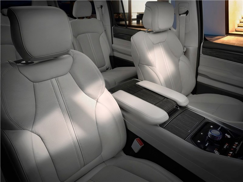 Jeep Wagoneer (2022) передние кресла