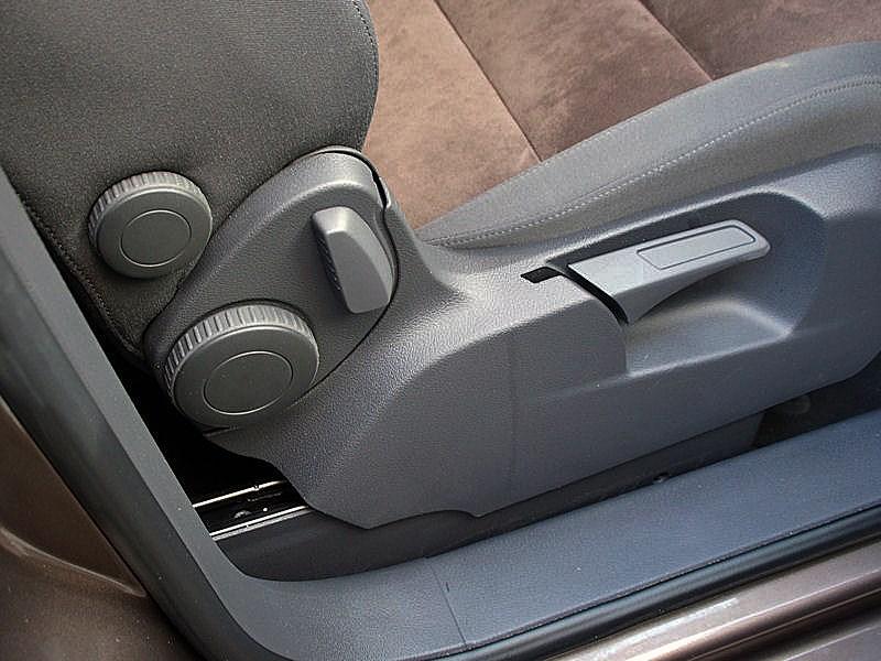 Volkswagen Touran 2011 «Органы» регулировки переднего пассажирского кресла