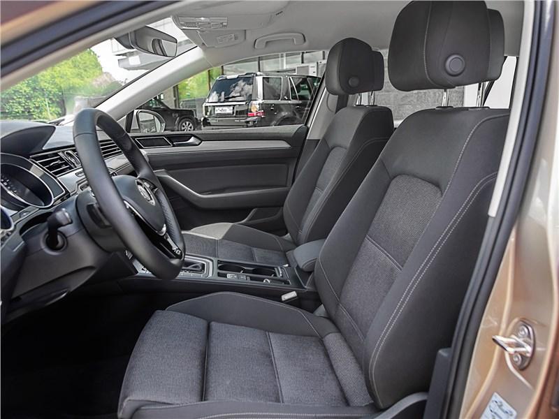Volkswagen Passat Variant 2015 передние кресла