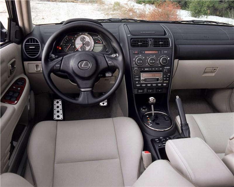 Lexus IS300 2001 салон в двухцветном исполнении