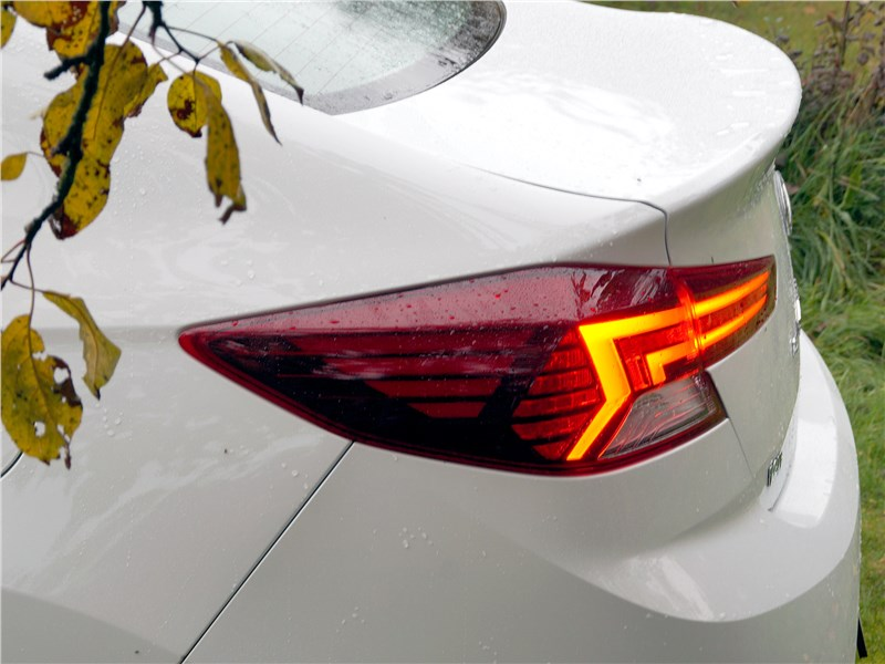 Hyundai Elantra 2019 задний фонарь