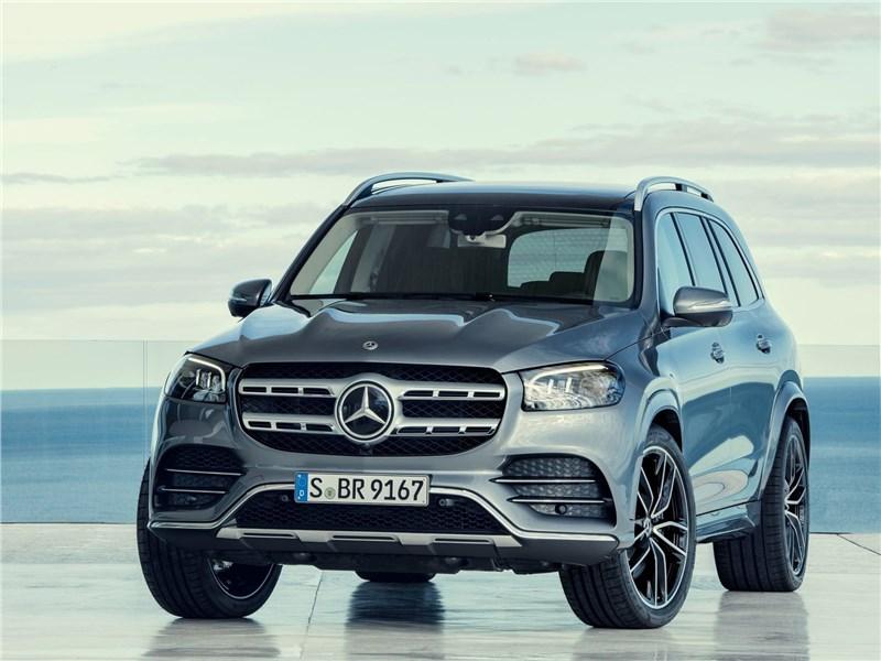 Новейший Mercedes-Benz GLS и умудренный опытом Range Rover в шоке от собственной крутости GLS
