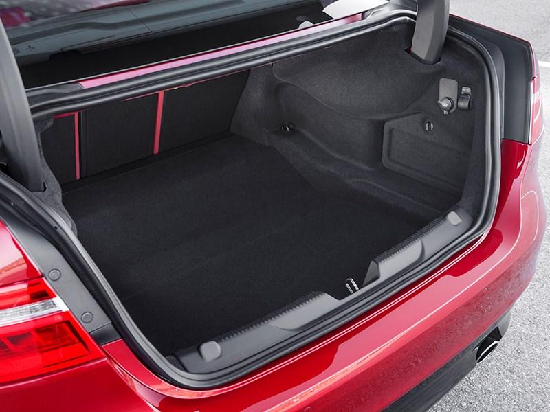 Jaguar XE 2015 багажное отделение