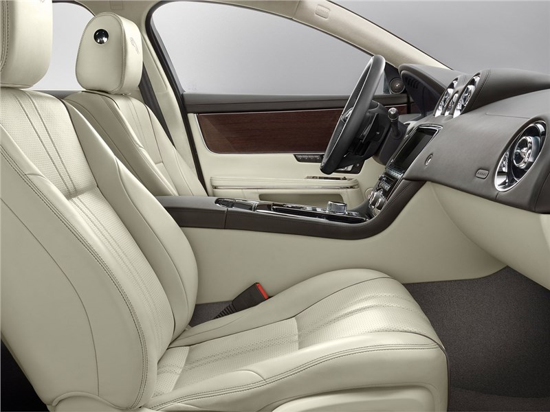 Jaguar XJ 2016 передние кресла