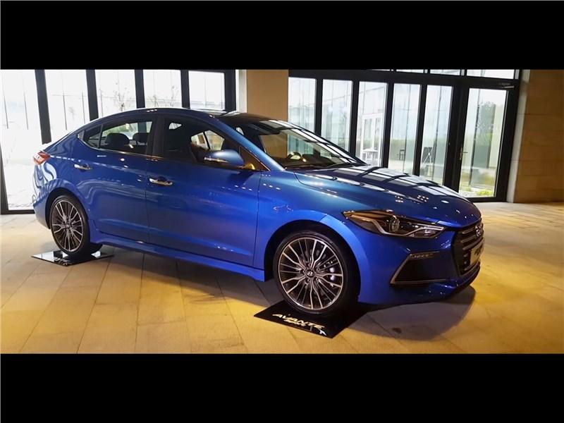 Hyundai Elantra Sport 2017 вид спереди сбоку синяя