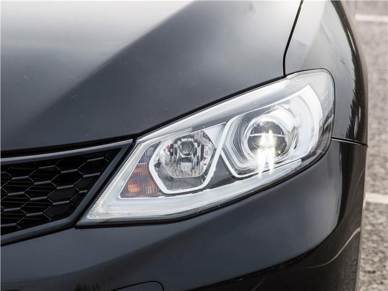 Nissan Tiida 2015 передняя фара