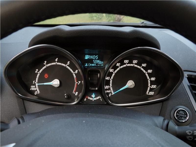 Ford Fiesta sedan 2015 приборная панель