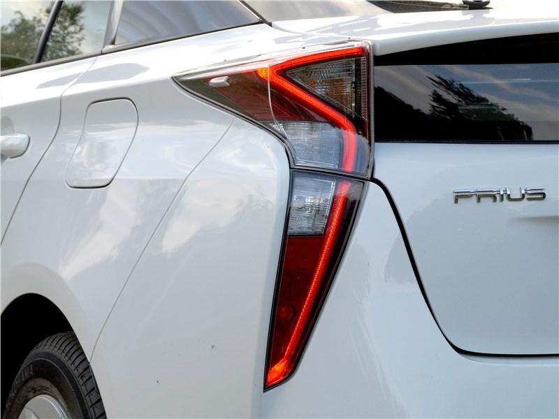 Toyota Prius 2016 задний фонарь