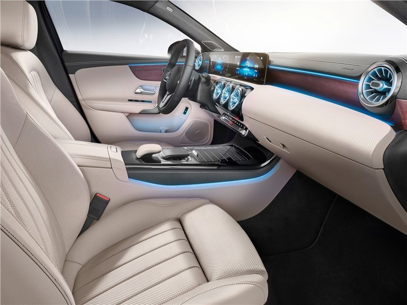 Mercedes-Benz A-Class 2019 передние кресла