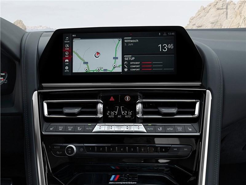 BMW M8 Competition Coupe 2020 центральная консоль