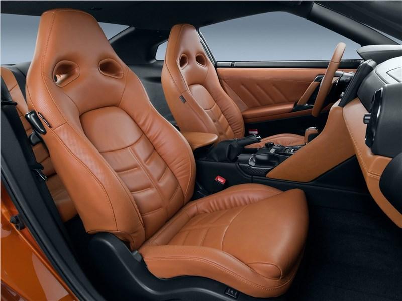 Nissan GT-R 2017 передние кресла