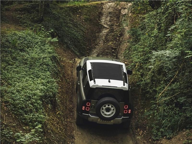 Land Rover Defender 90 2020 вид сзади сверху