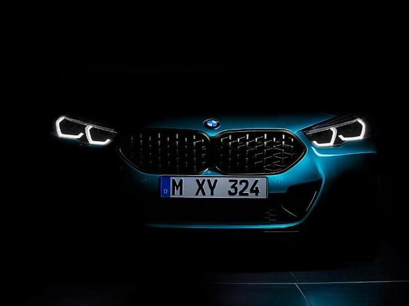 BMW показала тизер нового компактного седана
