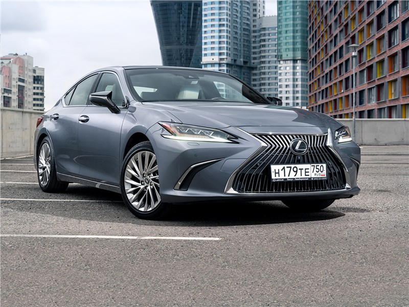 Lexus ES - с какой стати lexus es 2019 старается за двоих
