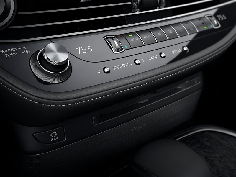 Lexus LS (2021) консоль