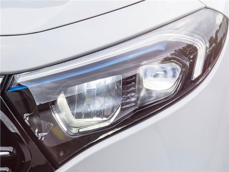 Mercedes-Benz EQA (2022) передняя фара