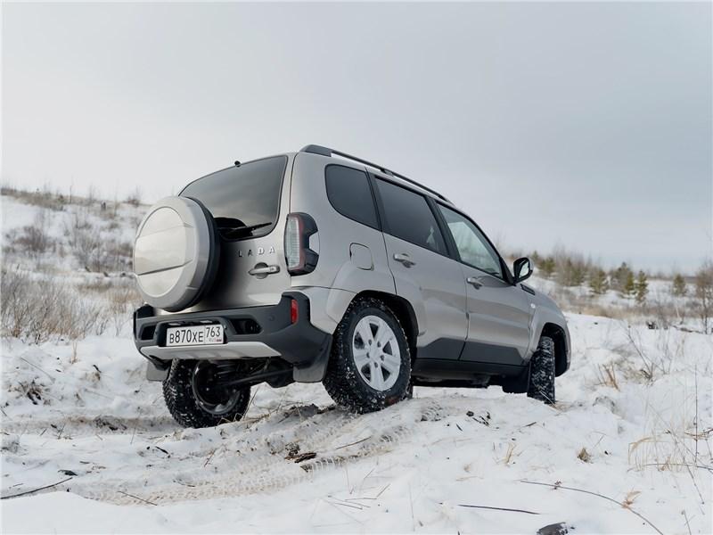 Lada Niva Travel (2021) вид сзади