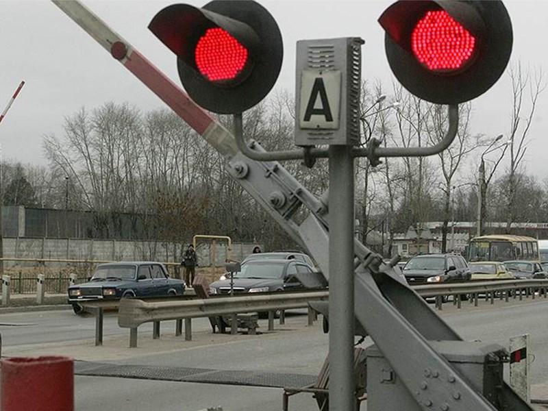 Водителям следует внимательно проезжать ж/д переезды.