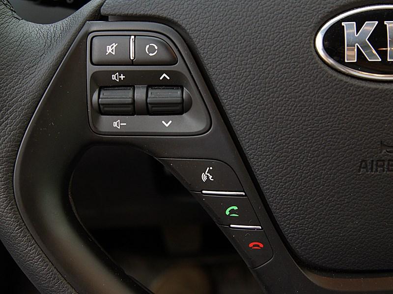 Kia cee'd 2012 хэтчбек кнопки на рулевом колесе слева