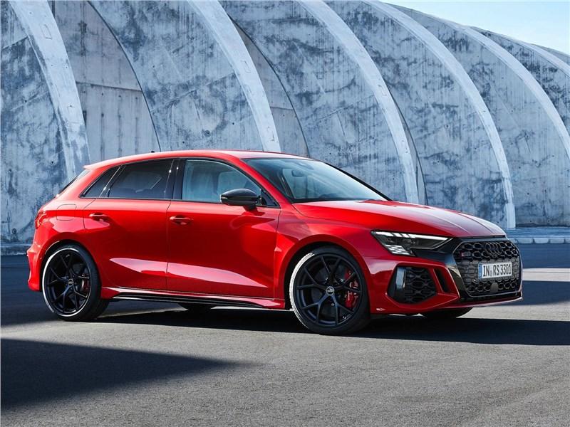 Audi RS3 (2022) вид спереди сбоку