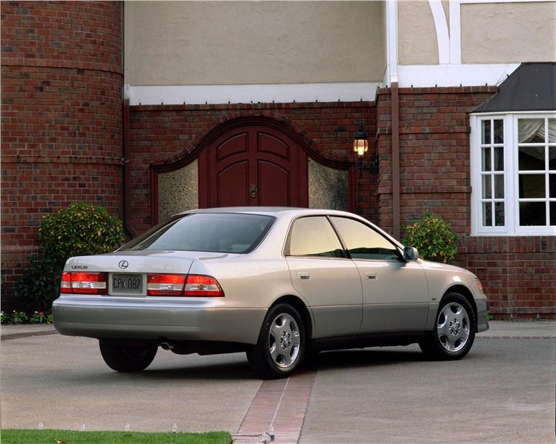 Lexus ES300 2001 седан бизнес-класса на базе Toyota Camry