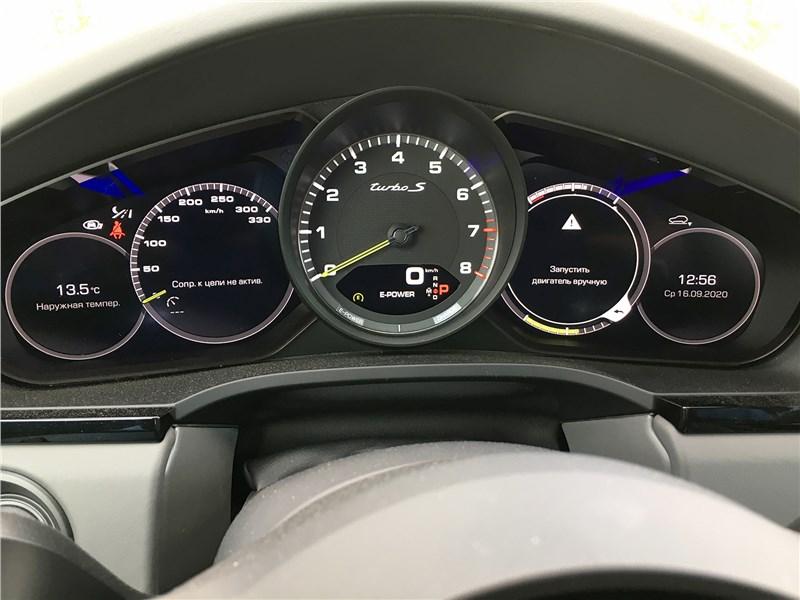 Porsche Cayenne Turbo S E-Hybrid Coupe 2020 приборная панель