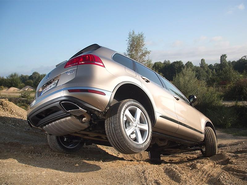 Volkswagen Touareg 2014 вид сзади сбоку