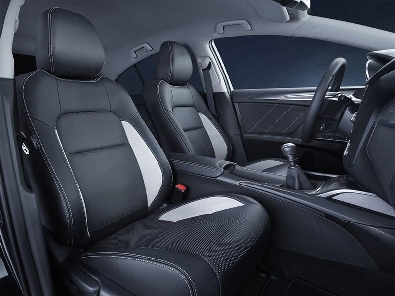 Toyota Avensis универсал 2015 передние кресла