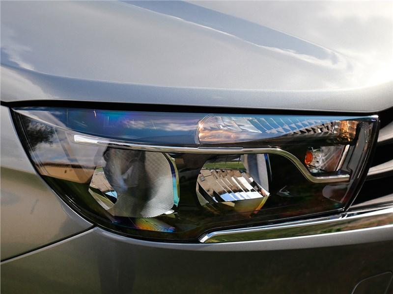 Lada Vesta 2015 передняя фара