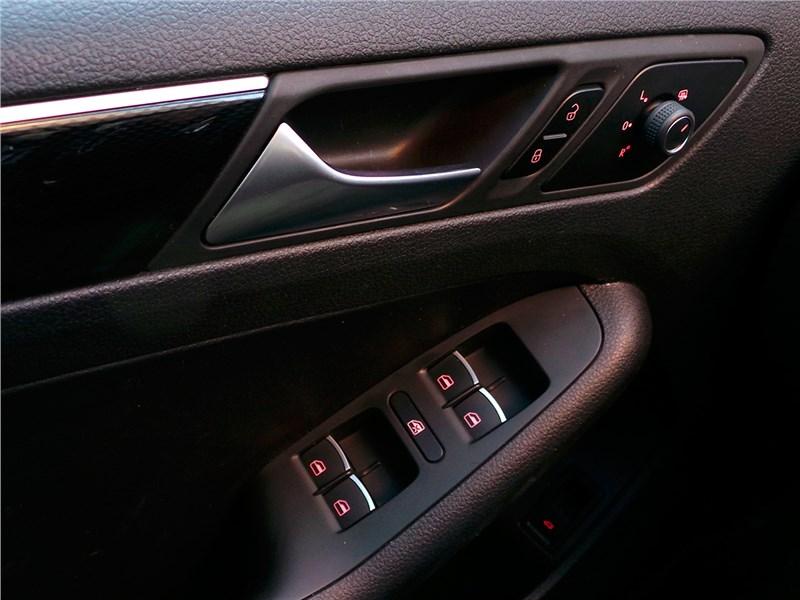 Volkswagen Jetta 2015 кнопки на двери