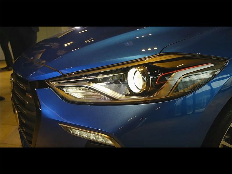 Hyundai Elantra Sport 2017 передняя фара сбоку