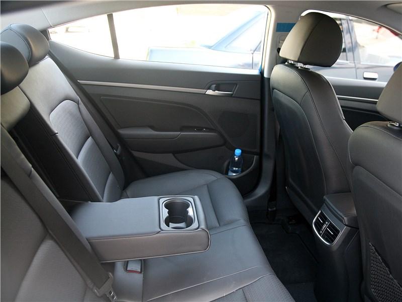 Hyundai Elantra 2017 задний диван