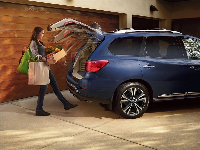 Nissan Pathfinder 2017 вид сбоку с открытым багажником