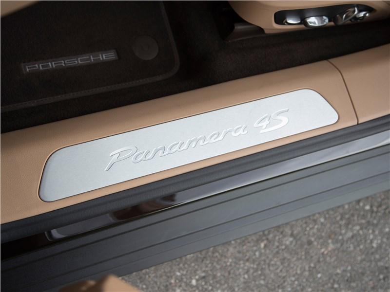 Porsche Panamera 4S 2017 логотип