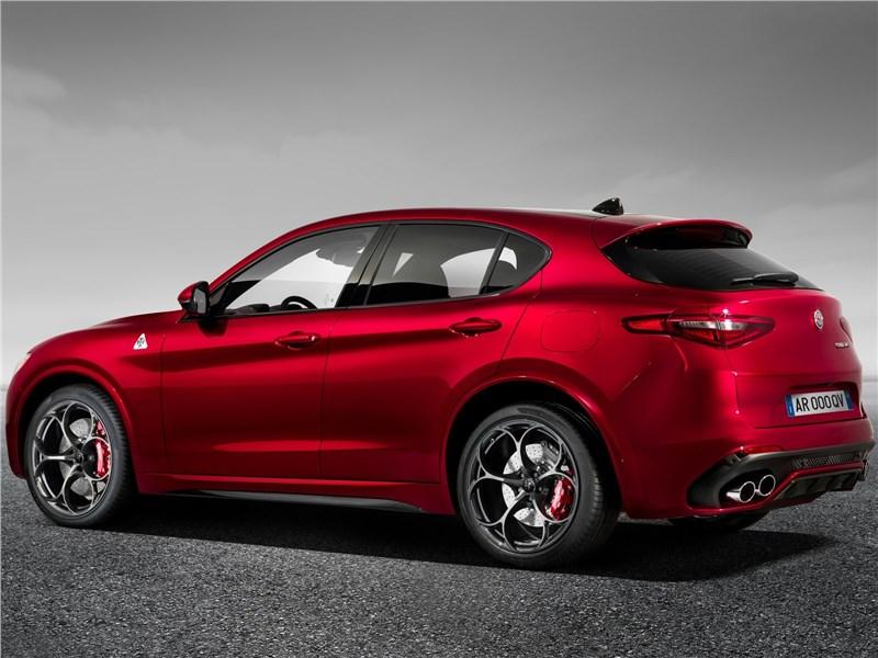 Alfa Romeo Stelvio 2017 вид сбоку сзади