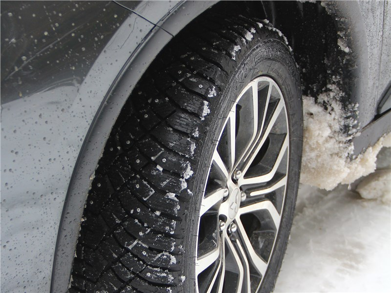 Справиться с тяжелой дорогой помогли шипованные шины Nitto Therma Spike, они комфортны на дороге, неплохо «гребут» рыхлый снег, а также отлично цепляются за ледяную корку