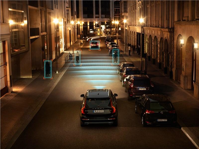 Volvo XC90 2015 в темноте