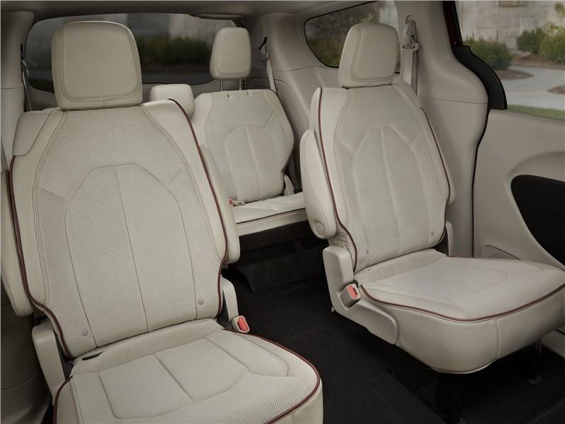 Chrysler Pacifica 2017 второй ряд